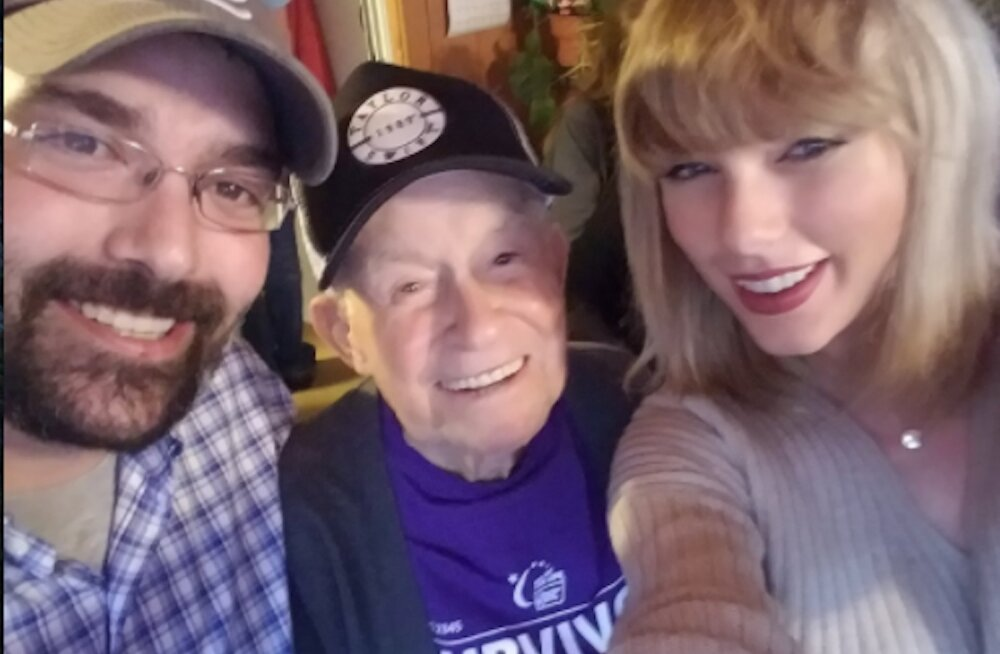 VIDEO: Südamlik jõulukink! Taylor Swift üllatas 96-aastast tulihingelist fänni spontaanse kodukontserdiga
