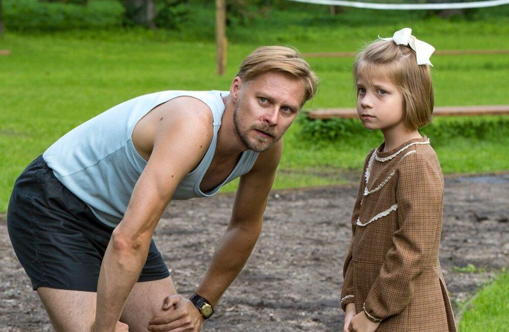 """""""Seltsimees laps"""". Väike Leelo (Helena-Maria Reisner) isaga (Tambet Tuisk)."""