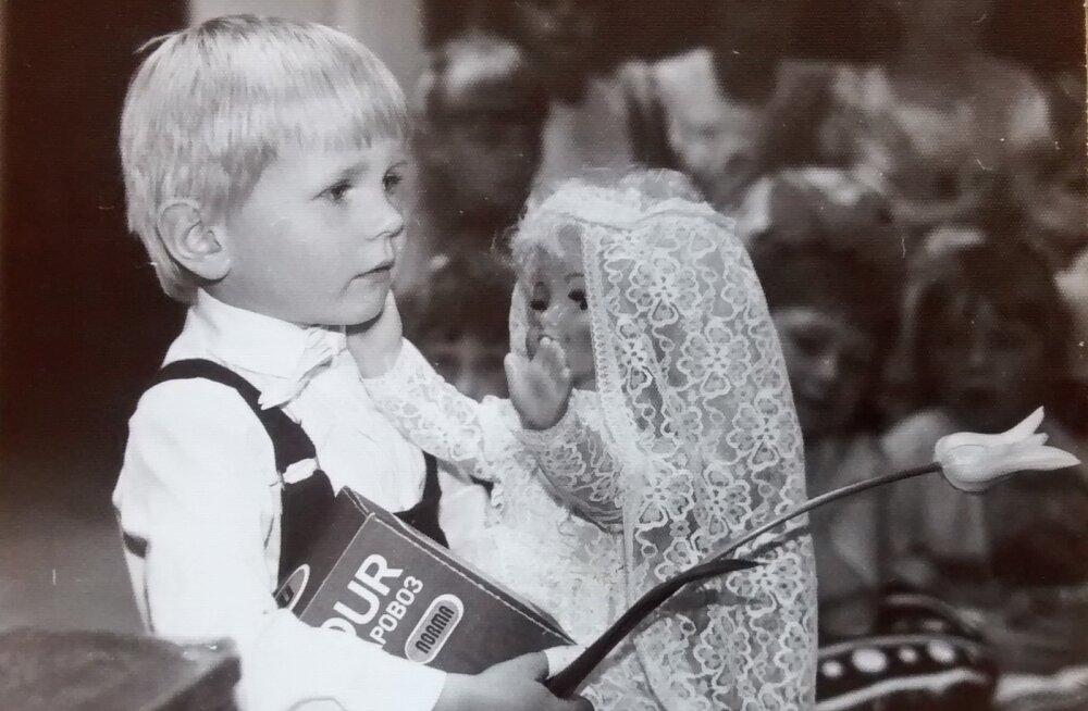 Kas ma olen liiga noor? Minu esimene võit - lauluvõistlus Vändras. Mäletan siiani, kui mu nimi võitjana välja hõigati - jalutasin lavale ning toimuvast palju aru ei saanud. Auhind tekitas samuti segadust :) (suvi 1989, 4-aastane).