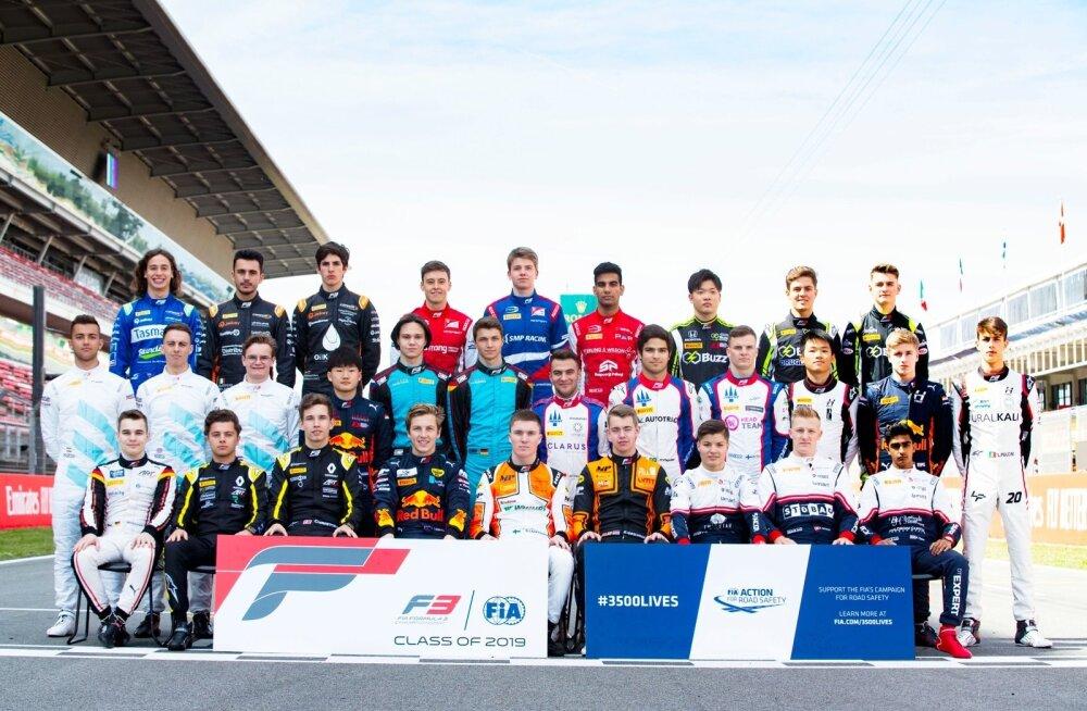 Kõik 30 F3 sarja sõitjat neljapäeval Barcelona ringrajal. Jüri Vips teises reas paremalt teine.