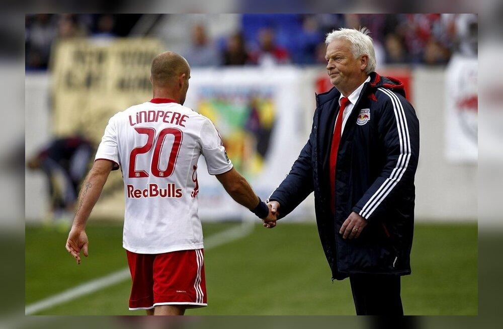 Joel Lindpere ja Red Bullsi peatreener Hans Backe
