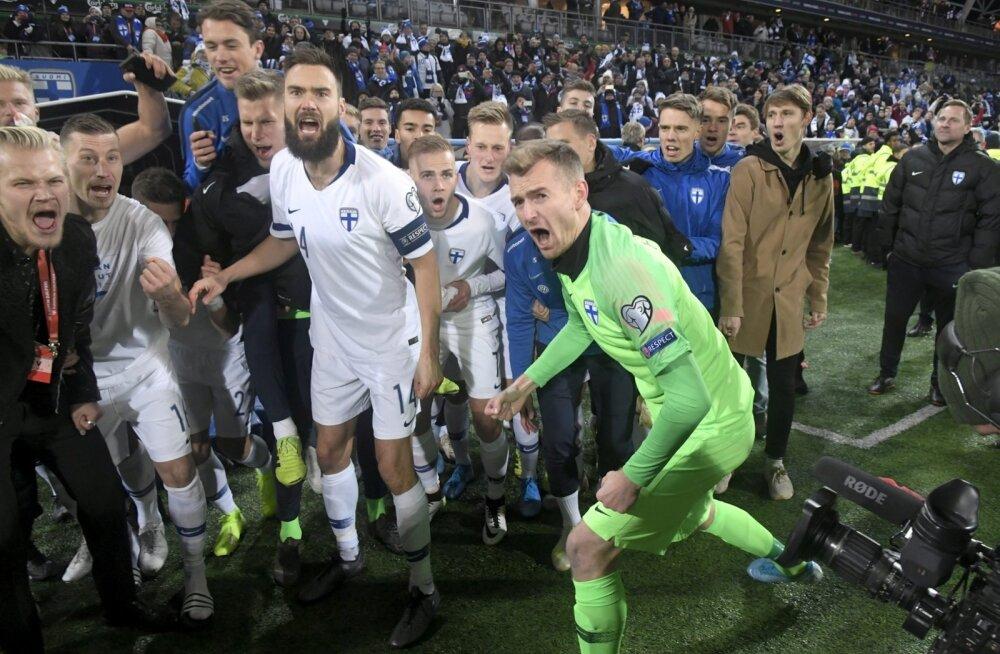 Soome jalgpallikoondis tähistamas EM-ile jõudmist.
