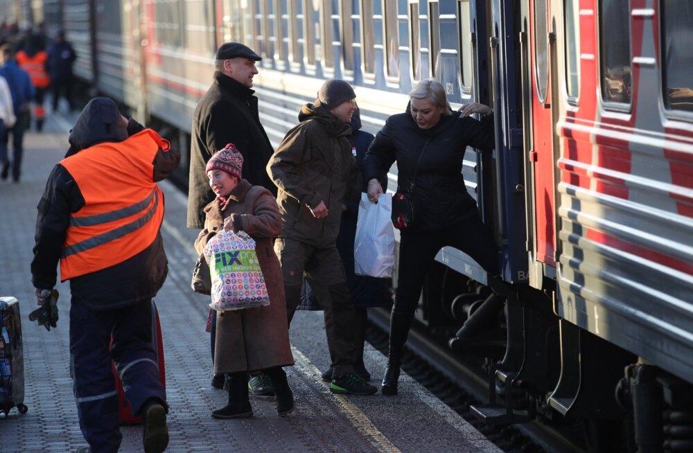 ФОТО DELFI: Tere tulemast! Российские туристы прибыли в Таллинн праздновать Новый год