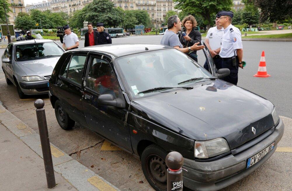 Pariisi politseinik üle 20-aasta vanuse auto omanikule uut seadust selgitamas.