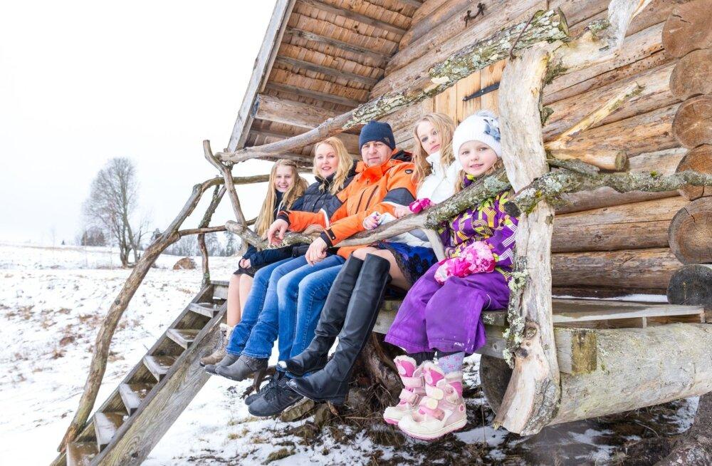 Nõiariigi peremees Aivo Värton, perenaine Maria Vahtel, tütred Helena ja Victoria (5) ning vahetusõpilane Caroline Taanist puhkavad jalga nõiamaja terrassil.