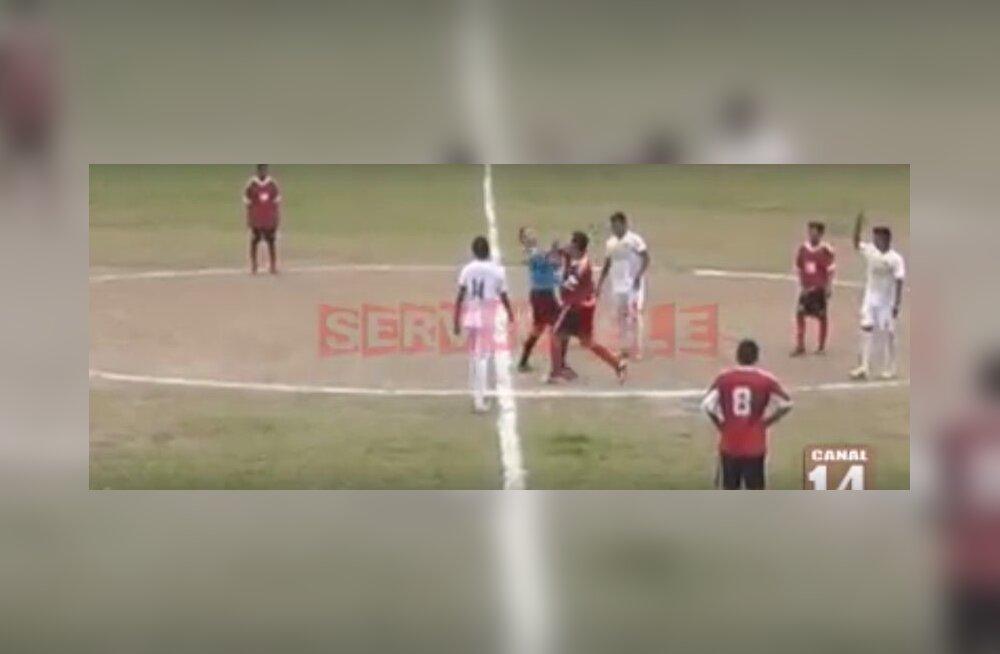 Jalgpallur lööb kohtunikule rusikaga näkku.
