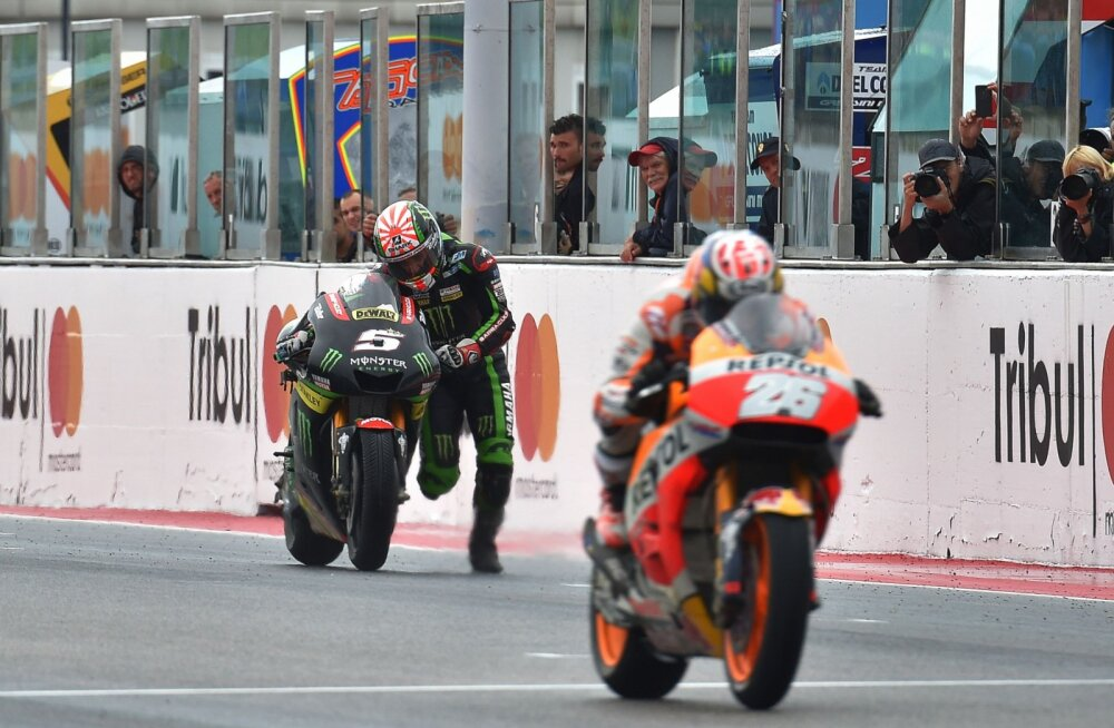 VIDEO | MotoGP etapil pidi Yamaha sõitja ühe punkti saamiseks rattaga üle finišijoone... jooksma!