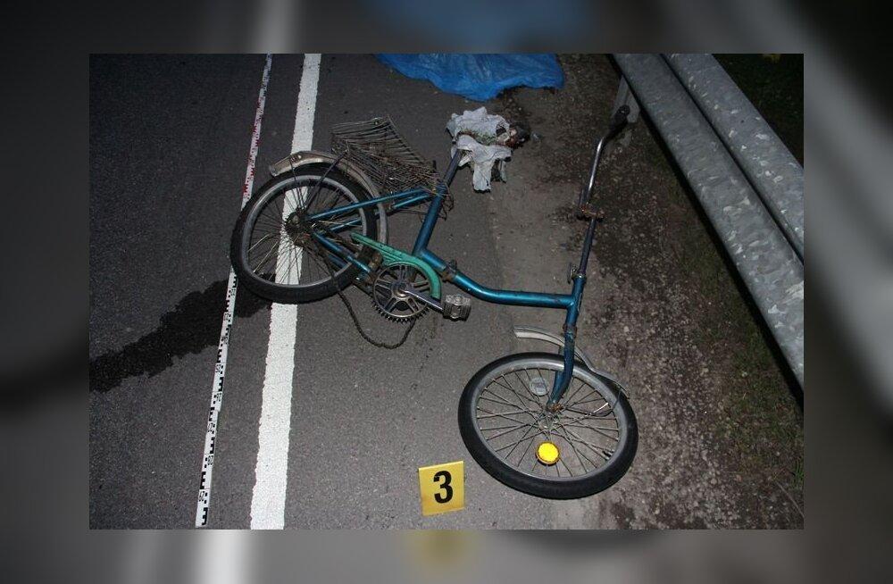 FOTOD: Autojuht sõitis Pärnumaal ratturi surnuks.