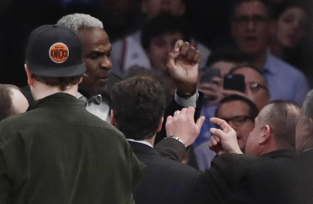 VIDEO: New York Knicksi legend visati mängult välja ja arreteeriti