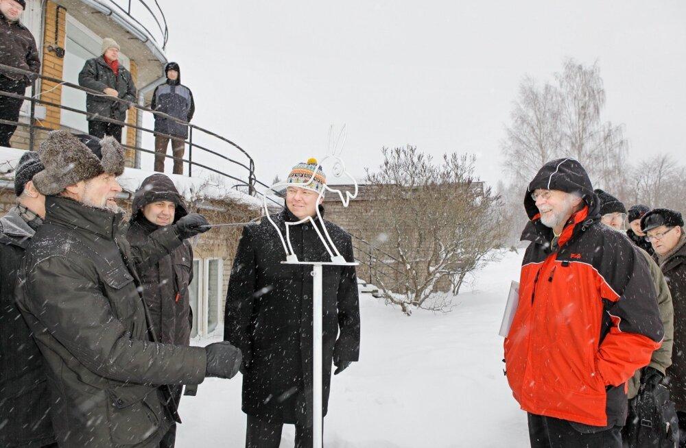 2010. aastal toimus Tõraveres Tartu Ülikooli meteoroloogia observatooriumi 145. aastapäevale pühendatud sümpoosion.  Meteoroloogiajaama vaatlusplatsi ees on mõõteriist burromeeeter, mille tööd tutvustab EMHI arendusosakonna peaspetsialist Ain Kallis (vasa