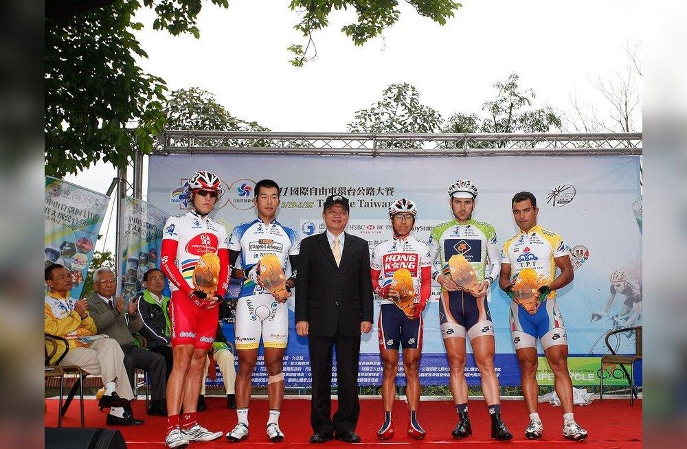 Mart Ojavee koos Mehdi Sohrabiga (paremalt esimene) Taiwani velotuuri poodiumil, jalgratas
