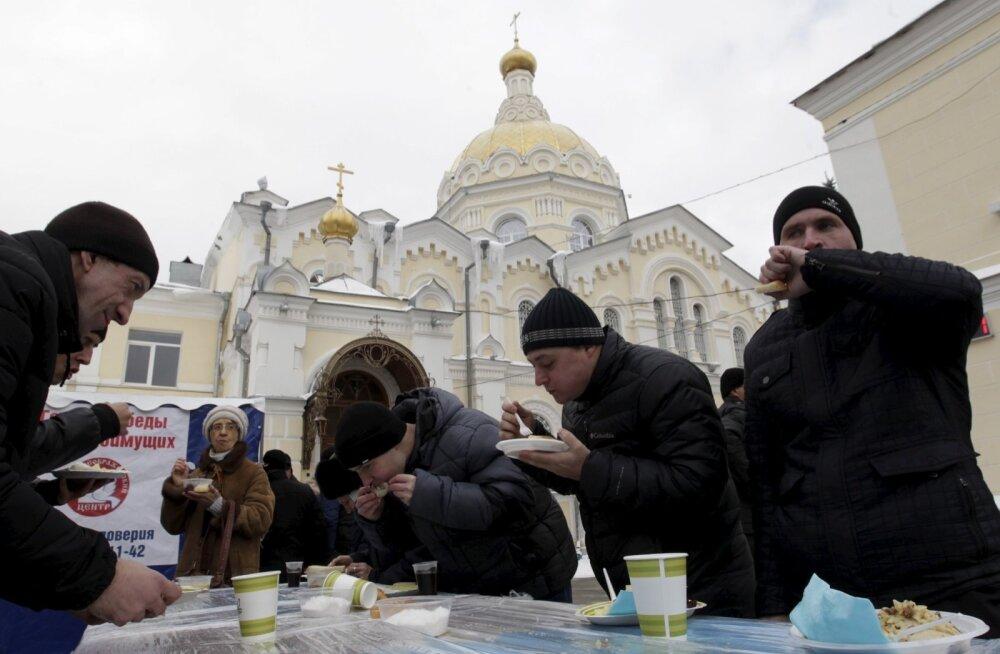 Venemaalased Stavropolis heategevusüritusel söömas.
