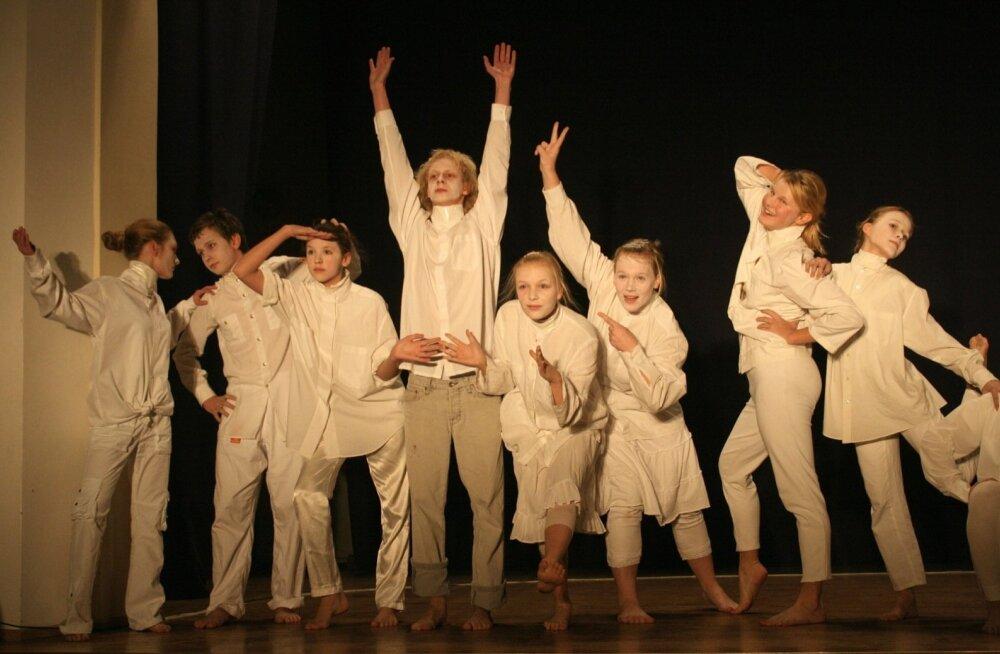 """Noorte XV luulepäevad """"Tähetund"""" Jõgeva, 2007. Esineb Rakvere Gümnaasiumi Teatriansambel, kava """"Lihtsalt olla..."""""""