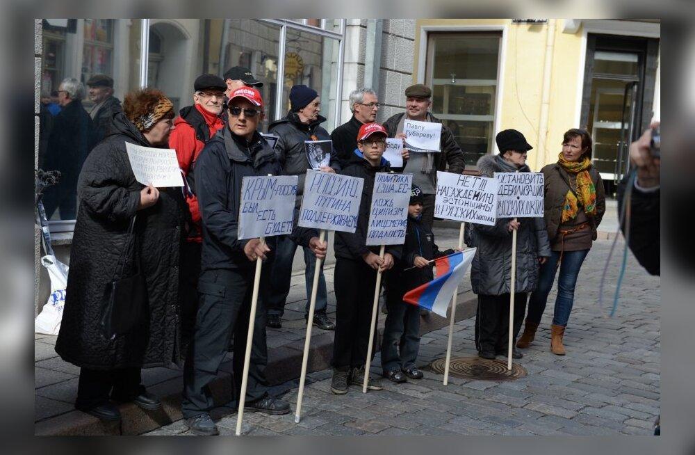 ФОТОРЕПОРТАЖ DELFI: По словам корреспондента, на митинге было порядка ста человек — вместе с прессой и полицией