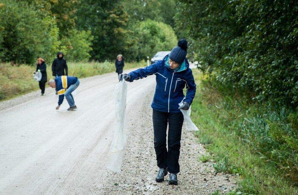 President Kersti Kaljulaid puhastab Tartu rattamaratoni järel rajaäärt.