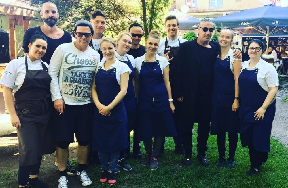 PÄEVA KLÕPS | Rokkstaarid kohal! Rammstein lasi vanalinna restoranis Eesti toidul hea maitsta