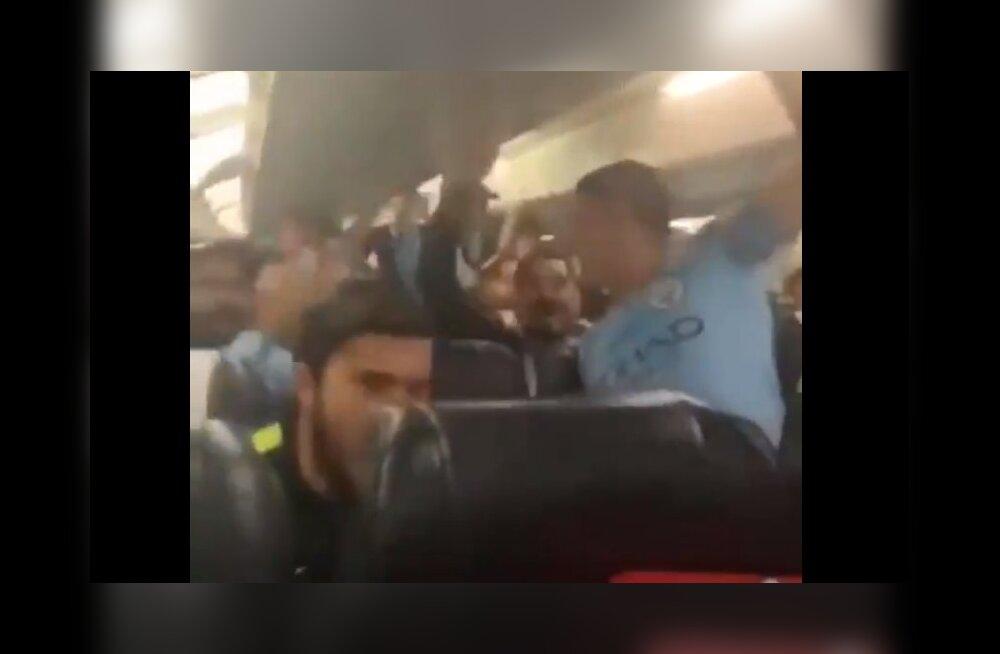 VIDEO | Manchester City mängijad laulsid tiitlivõidu järel lõbusalt sellest, kuidas Liverpooli fänn tänaval koomasse peksti