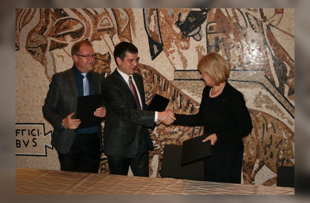 Erakondade esindajad Ain Suurkaev, Aleksandr Holst ja Kairit Pihlak koalitsioonilepingu allakirjutamisel.