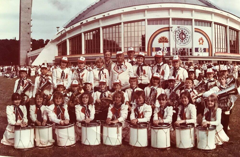 Kabala kooli orkester laulupeol, saamas osaks fosforiidikaevandamise vastases võitluses.
