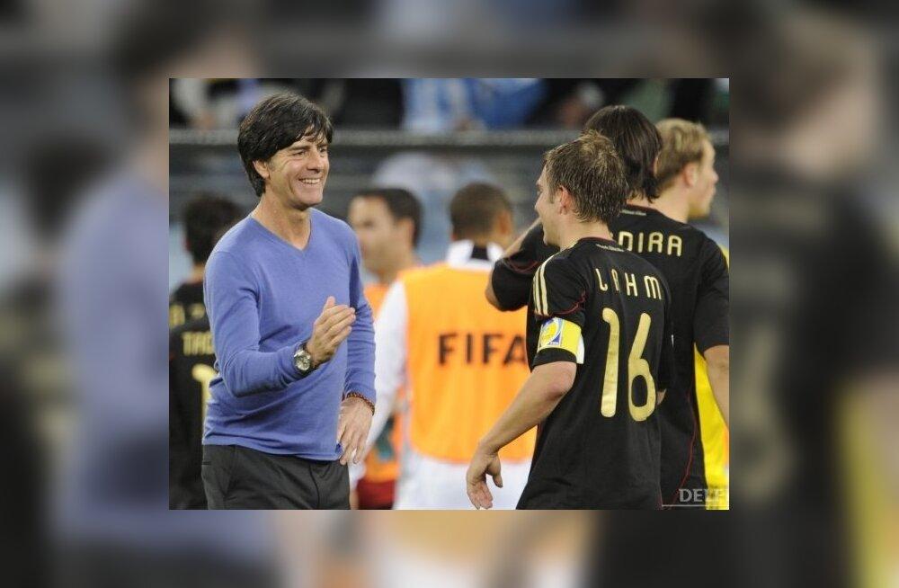 Joachim Löw (vasakul) õnnitlemas veerandfinaali järel Saksamaa koondise kaptenit, jalgpalli MM