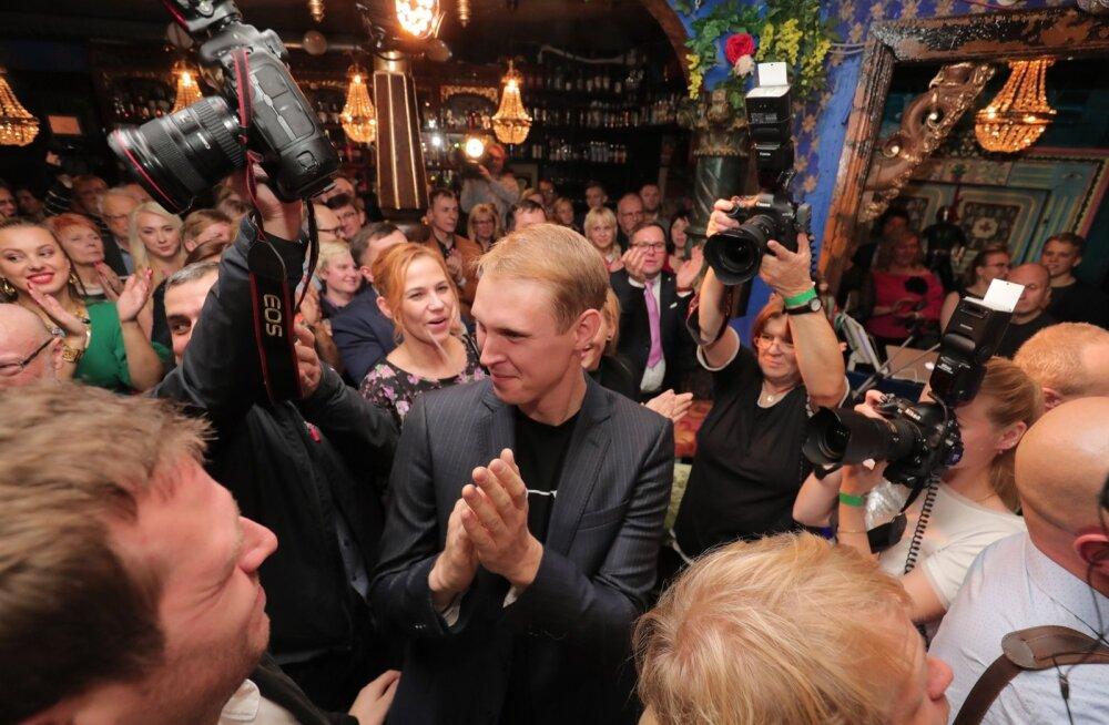 FOTOD | Keskerakonna valimisöine pidu tuuris võidujoovastuses, häältesangarid Kõlvart ja Kaljulaid võtavad vastu õnnitlusi