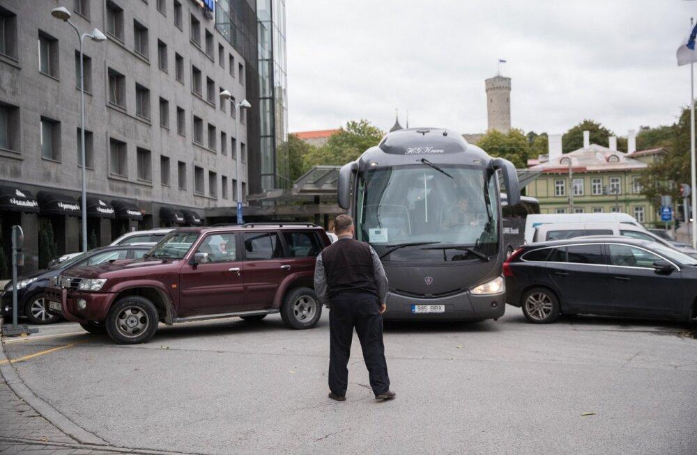 Savisaare auto Meritoni hotelli ees