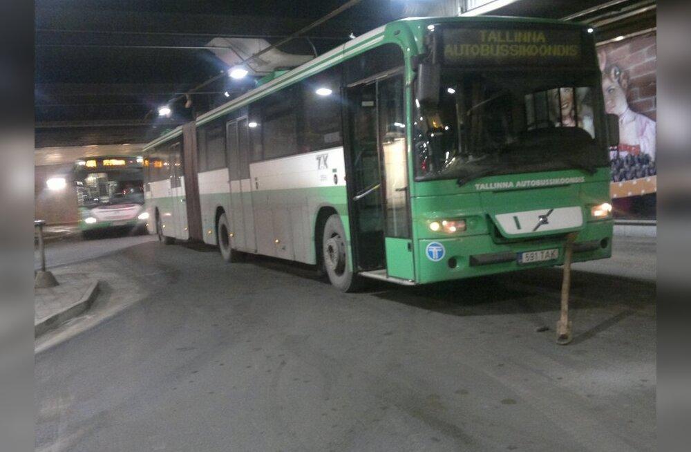 ФОТО: Сломавшийся автобус нарушил движение в терминале