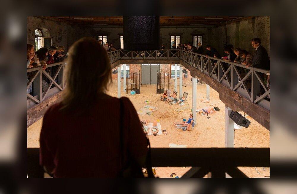 """Необычный павильон Литвы """"Солнце и море"""" удостоился """"Золотого льва"""" на Венецианской биеннале"""