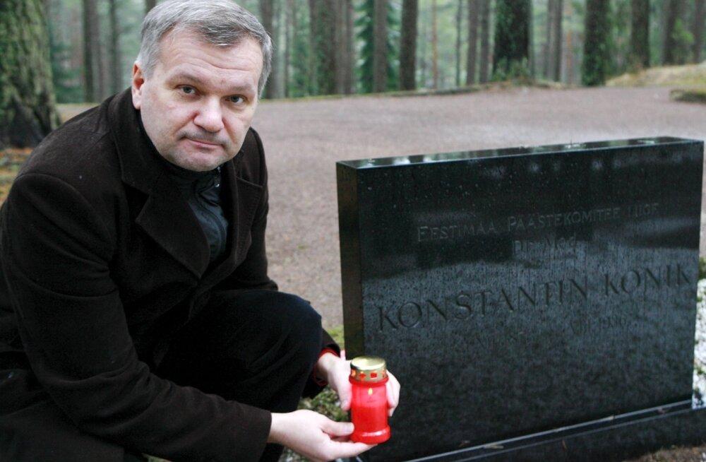 Küllo Arjakas Konstantin Koniku haual.
