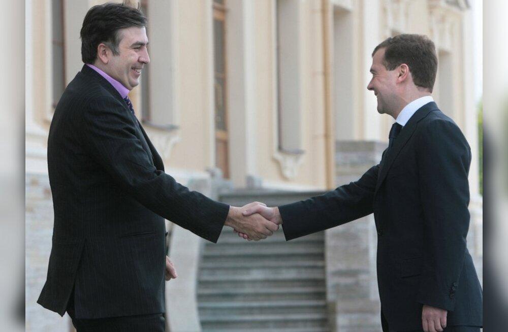 Medvedev: Saakašvili on mulle võimul püsimise eest tänu võlgu