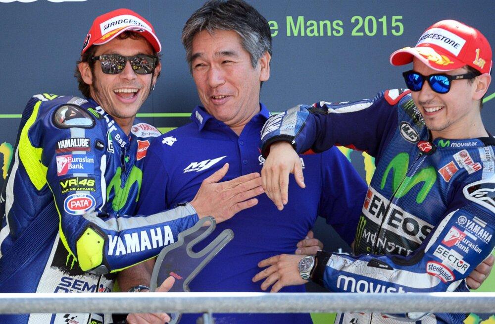 Valentino Rossi ja Jorge Lorenzo  koos Yamaha meeskonna tehnikajuhi Tsuji Kouichiandiga