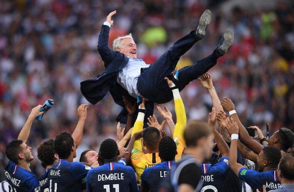 Prantslased viskamas õhku meeskonna peatreenerit Didier Deschampsi.