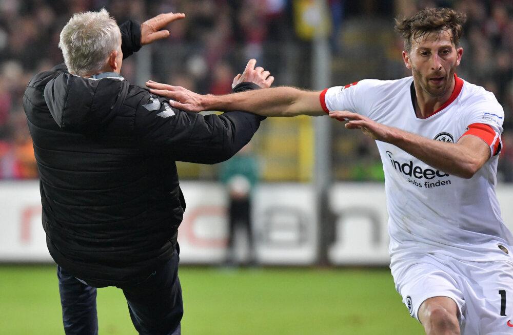 VIDEO   Bundesliga mängus vastaste peatreeneri pikali jooksnud Frankfurdi kapten vallandas väljakul kaose