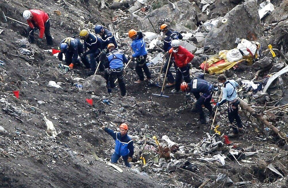 Kokkupõrke tohutu jõu tõttu on inimeste ja lennuki tükid meetrite sügavusel mäekülje sees