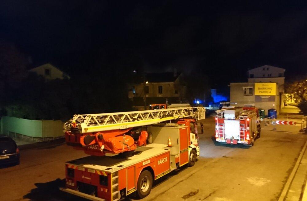 LUGEJA FOTOD   Tallinnas Lastekodu tänaval puhkes vanas politseihoovis tulekahju