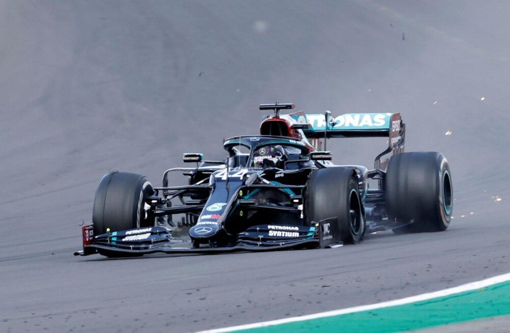 Suurbritannia GP: Hamilton ületas finišijoone katkise rehviga, Bottas langes esikümnest välja, Verstappen teine