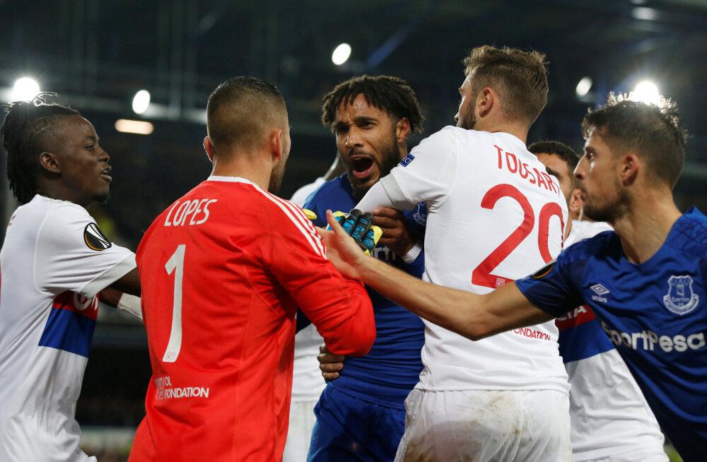 VIDEO | Uskumatu süüdimatus: Evertoni fänn üritas vastasmängijat peksta, hoides samal ajal last süles
