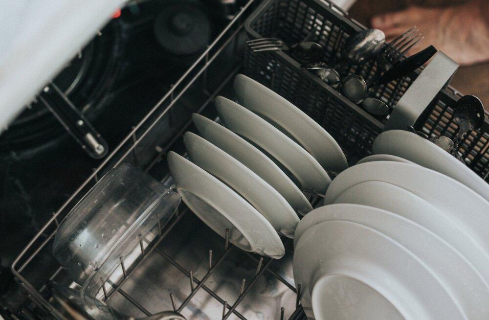 On üks viga, mida inimesed nõudepesumasinat kasutades teevad ja sellepärast jäävadki nõud vahel mustaks