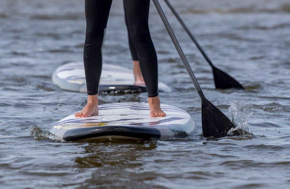 Kakumäel rannas supilauaga surfamas