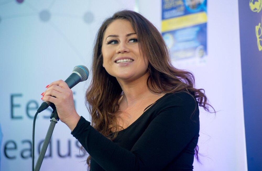 LIIKLEJA KOMMENTAAR | Lauljatar Elina Borni üllatas maalt linna kolides ummikute olemasolu