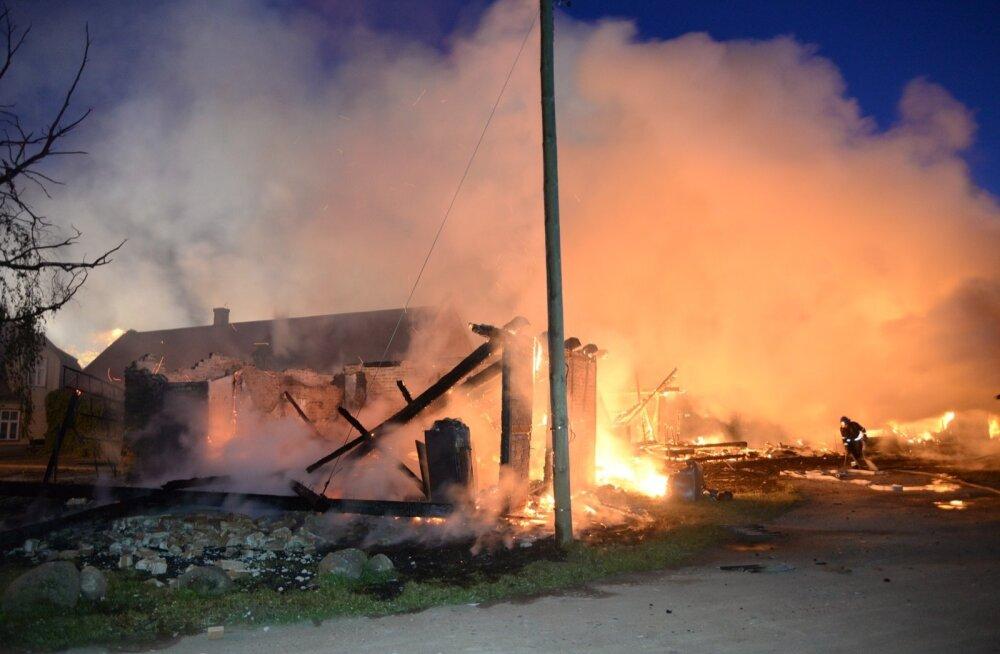 Viljandis põlesid kuurid lahtise leegiga