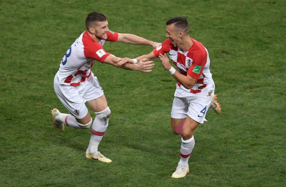 Ante Rebic ja Ivan Perišic MM-i finaalis viimase väravat tähistsmas.