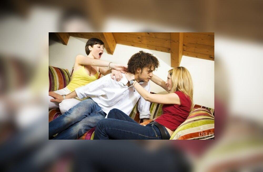 Секс втроем кто за кто против