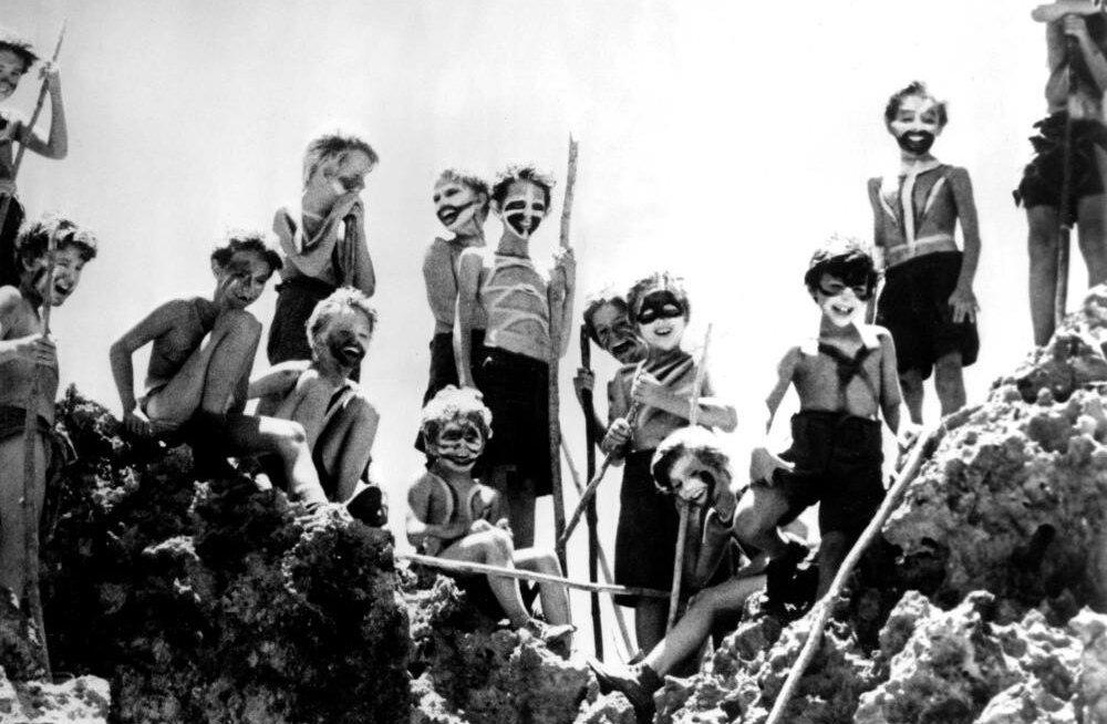 """НЕ ДИКАРИ: В книге и фильме """"Повелитель мух"""" группа молодых людей превращается чуть ли не в жестоких дикарей. В реальной истории дети разбили огород, собирали дождевую воду и ждали счастливого спасения. Фото: кадр из фильма"""