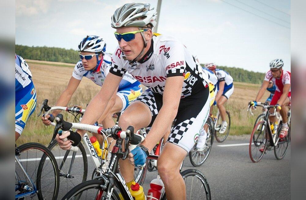 Ivo Suur (esiplaanil), jalgratas