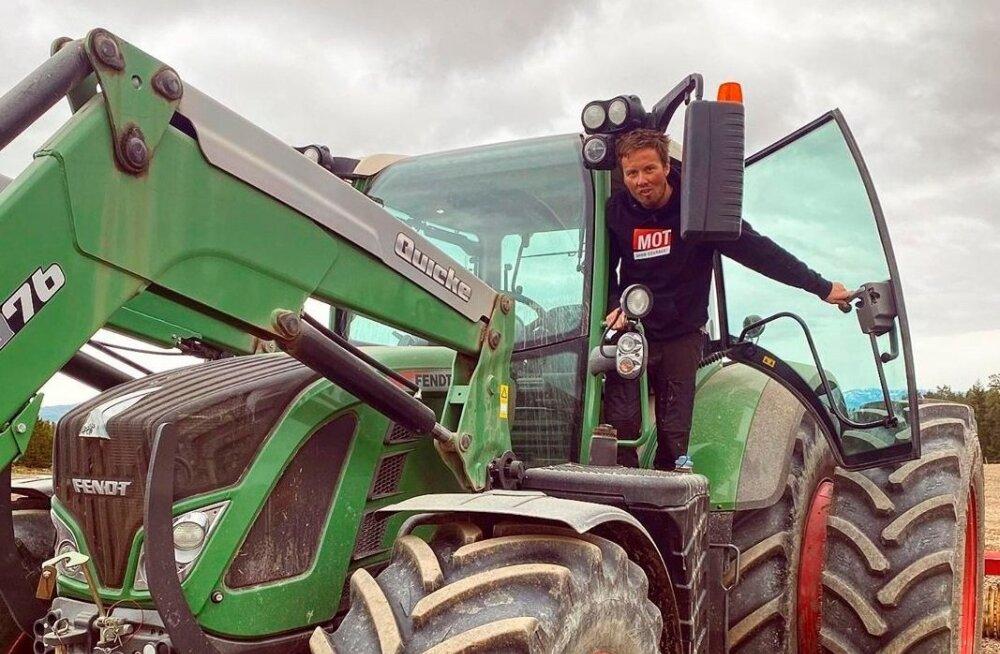 Emil Iversen traktori peal.