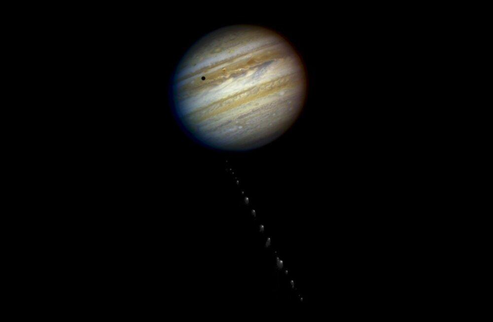 Komeet Shoemaker-Levy 9 lähenemas Jupiterile aastal 1994.