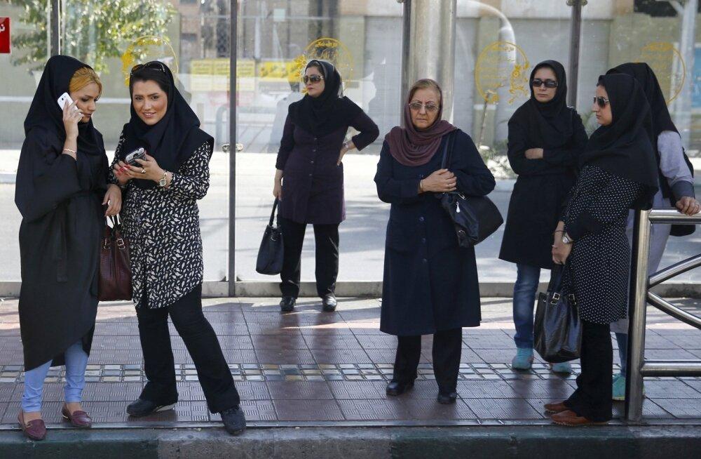 Iraanis vahistati 29 paljapäi pearätikohustuse vastu protestinud naist