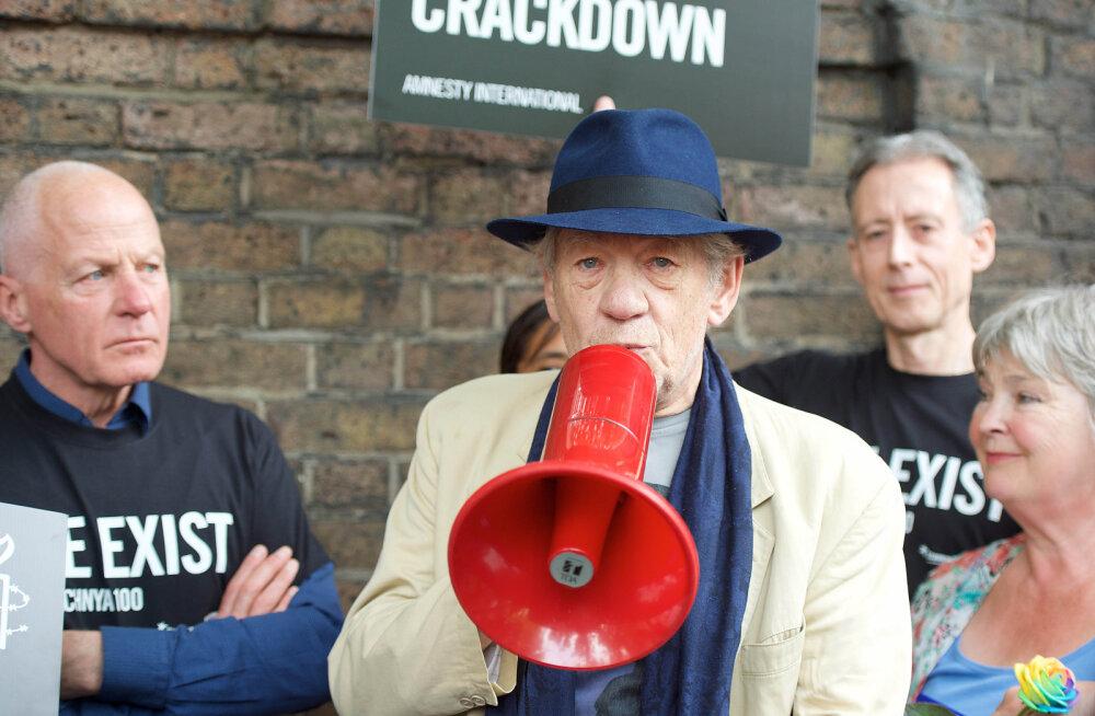 Актер сэр Йэн Маккелен протестует у российского посольства против притеснения геев в Чечне