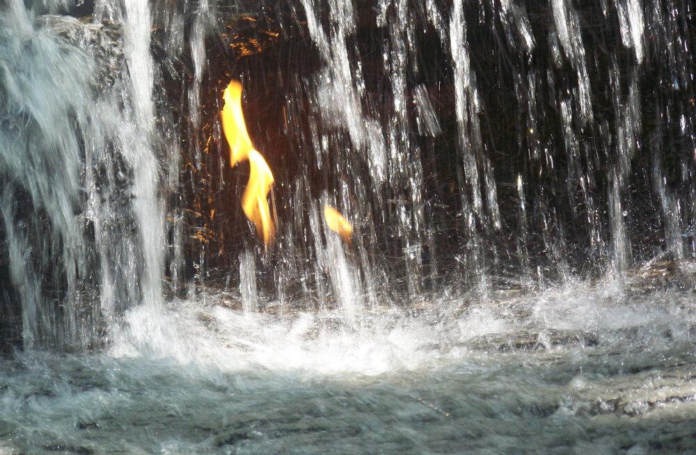 ФОТО: Уникальное природное явление — водопад вечного огня